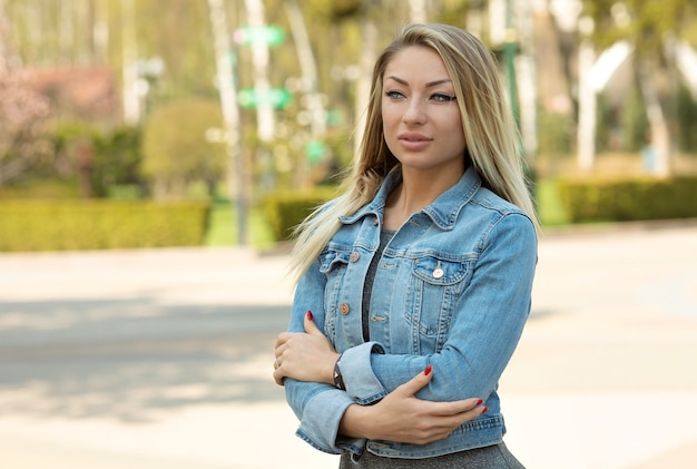 Retrato de mulher bonita ao ar livre