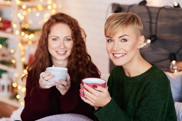 Retrato de mulher bonita bebendo chá quente