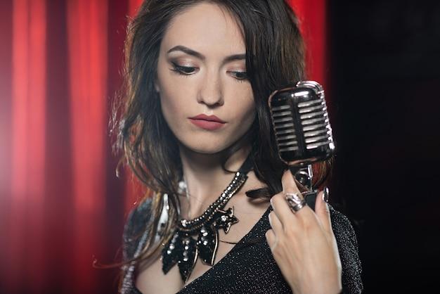 Retrato, de, mulher bonita, cantando, em, microfone