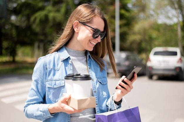 Retrato de mulher bonita, carregando café