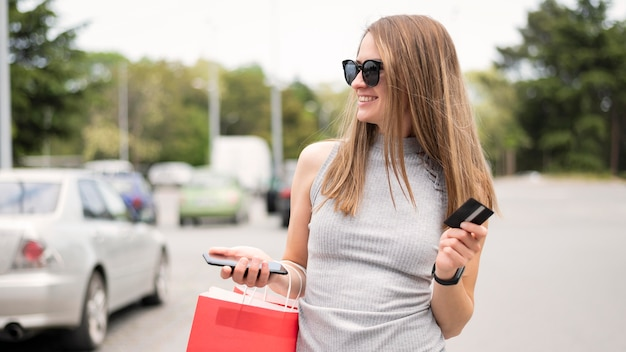Retrato de mulher bonita, carregando sacola de compras