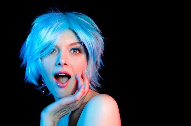 Retrato de mulher bonita com cabelo azul