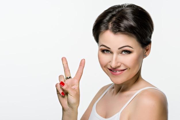 Retrato de mulher bonita com cabelo castanho