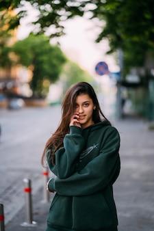Retrato de mulher bonita com cabelo comprido, posando na rua