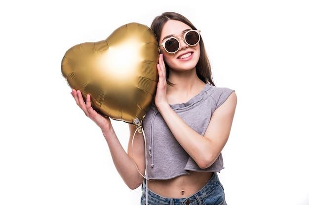 Retrato de mulher bonita com formato de coração de balão