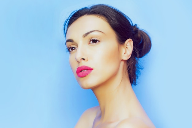 Retrato de mulher bonita com lábios rosados