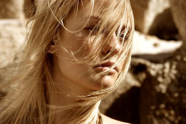 Retrato, de, mulher bonita, com, longo, cabelo loiro