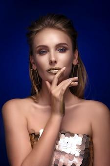 Retrato de mulher bonita com maquiagem dourada