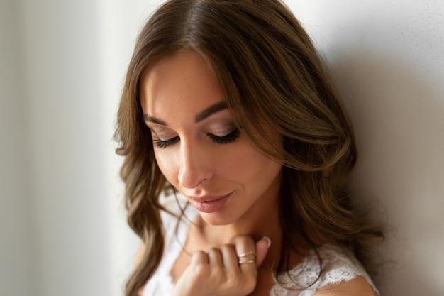 Retrato de mulher bonita com maquiagem e penteado