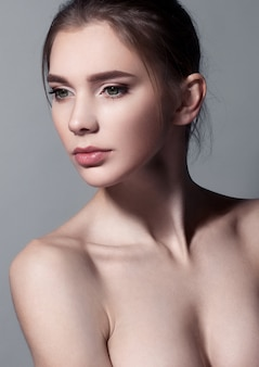 Retrato de mulher bonita com maquiagem natural em cinza