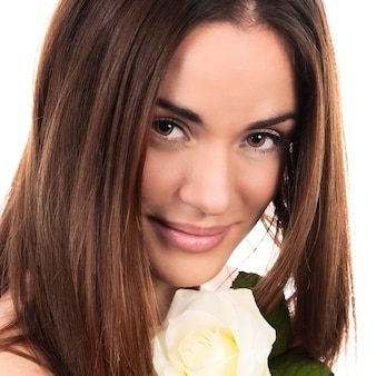 Retrato de mulher bonita com rosa branca em estúdio