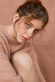 Retrato de mulher bonita com suéter rosa