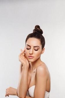 Retrato de mulher bonita, conceito de cuidados com a pele, cuidados com a pele. dermatologia.