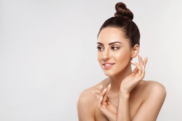 Retrato de mulher bonita, conceito de cuidados com a pele, pele bonita. cosméticos para meninas. tratamento facial.