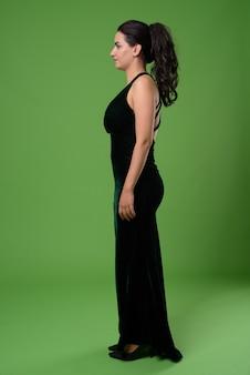 Retrato de mulher bonita contra verde