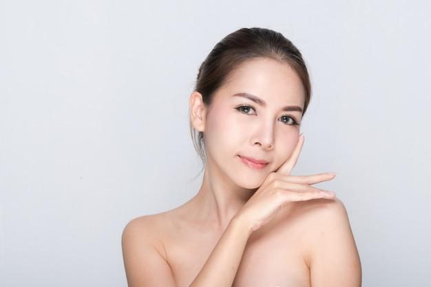 Retrato de mulher bonita, cuidados com a pele ou conceito de beleza