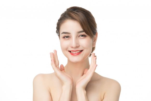 Retrato de mulher bonita de cuidados com a pele desfrutar e feliz