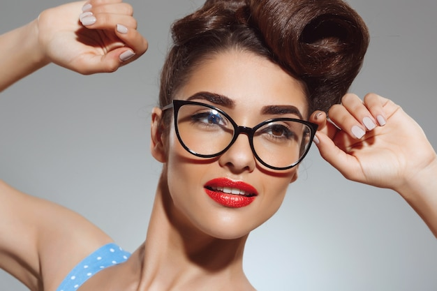Retrato de mulher bonita de pin-up usando óculos