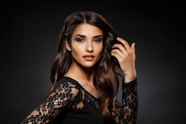 Retrato de mulher bonita de vestido preto