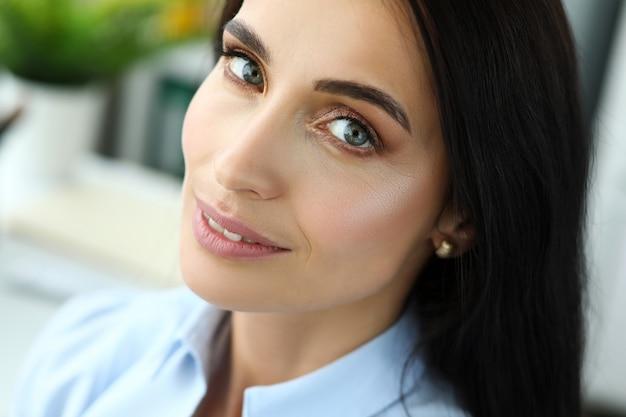 Retrato de mulher bonita e alegre Foto Premium