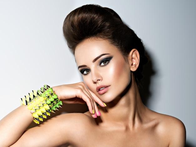 Retrato de mulher bonita e fashion usando pulseira com espinhos