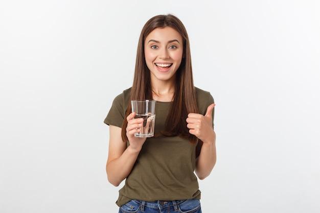 Retrato de mulher bonita e sorridente caucasiano bebendo água.