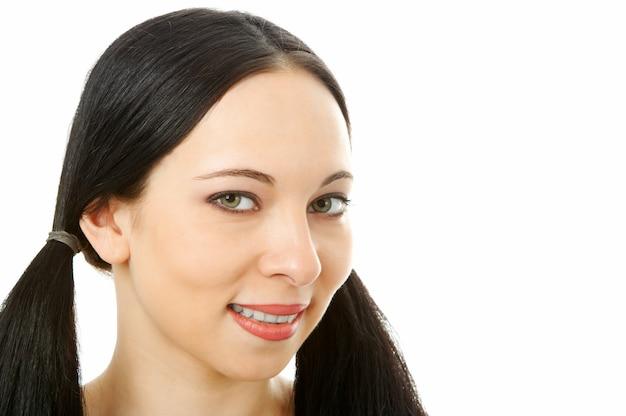 Retrato de mulher bonita em branco