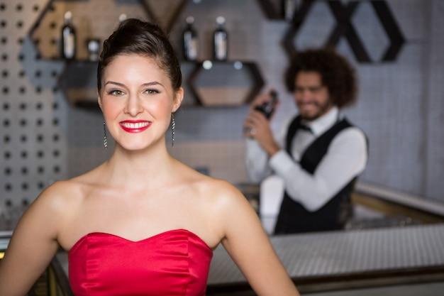 Retrato de mulher bonita em pé no bar