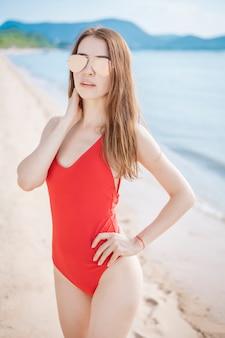 Retrato, de, mulher bonita, em, swimsuit vermelho, relaxante, praia