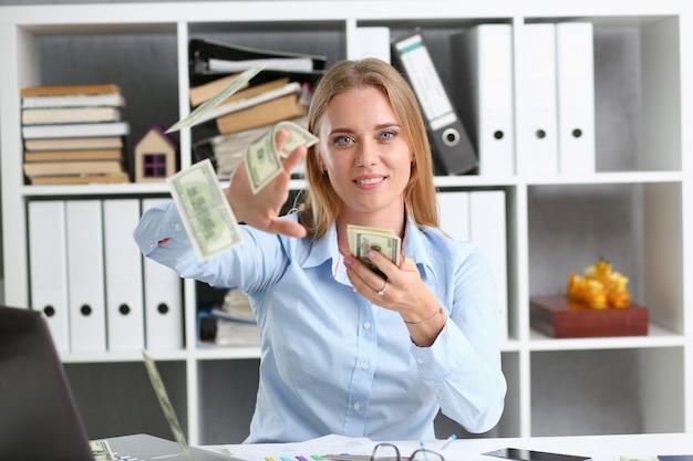 Retrato de mulher bonita. espalhando dinheiro