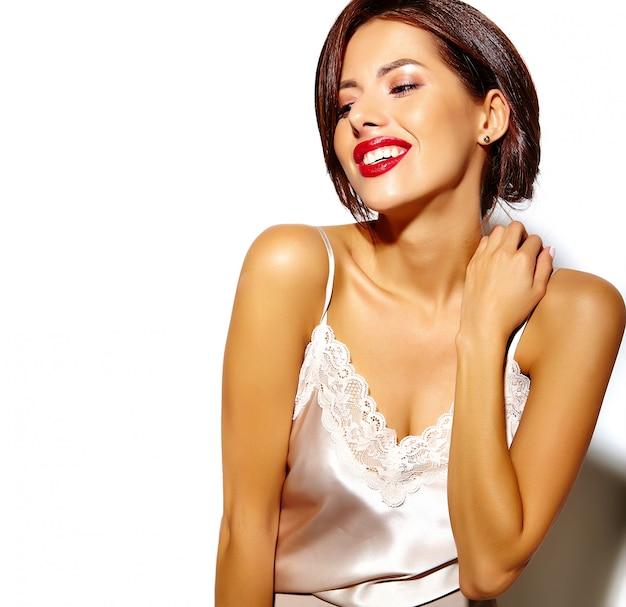 Retrato de mulher bonita feliz morena sexy bonita com lábios vermelhos em lingerie de pijama em fundo branco