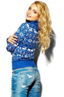 Retrato de mulher bonita feliz sorridente mulher loira doce em roupas de inverno quente casual hipster, em camisola azul