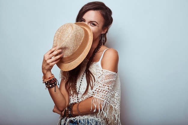 Retrato de mulher bonita jovem hippie em estúdio