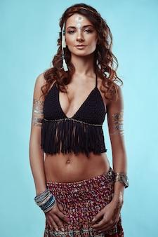 Retrato de mulher bonita jovem hippie muamba