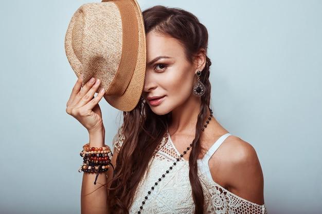 Retrato de mulher bonita jovem hippie