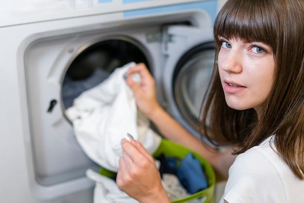 Retrato de mulher bonita lavando roupa