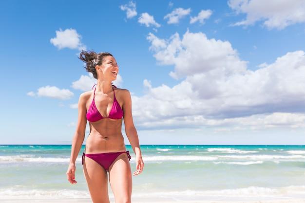 Retrato de mulher bonita na praia em maiorca