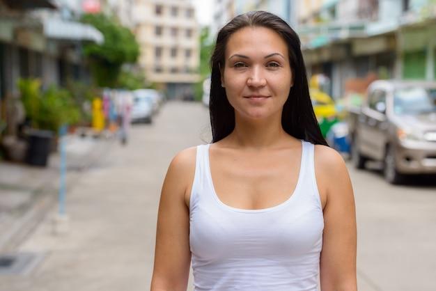 Retrato de mulher bonita na rua ao ar livre