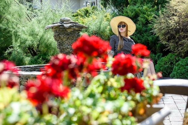 Retrato de mulher bonita no jardim de verão, estilo de vida