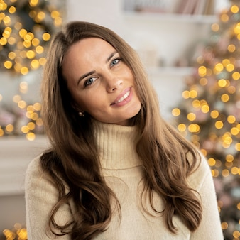Retrato de mulher bonita no natal