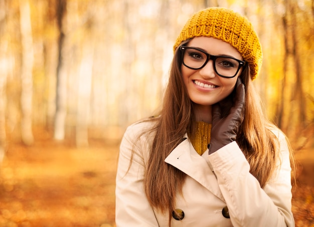 Retrato de mulher bonita no outono