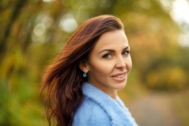 Retrato de mulher bonita no parque outono