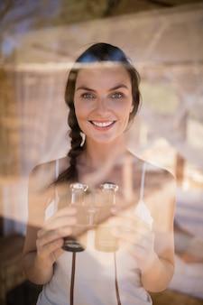 Retrato, de, mulher bonita, segurando, binóculos
