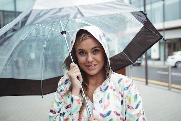 Retrato, de, mulher bonita, segurando guarda-chuva