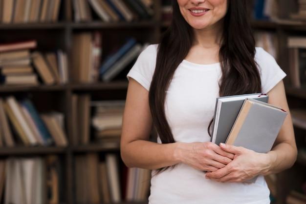 Retrato, de, mulher bonita, segurando livros