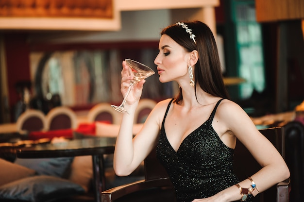 Retrato de mulher bonita, segurando o copo de martini