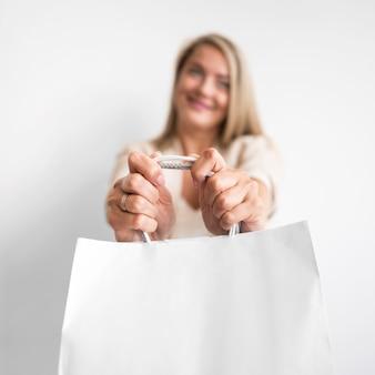 Retrato, de, mulher bonita, segurando sacola de compras