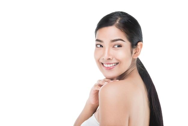 Retrato de mulher bonita skincare desfrutar e feliz