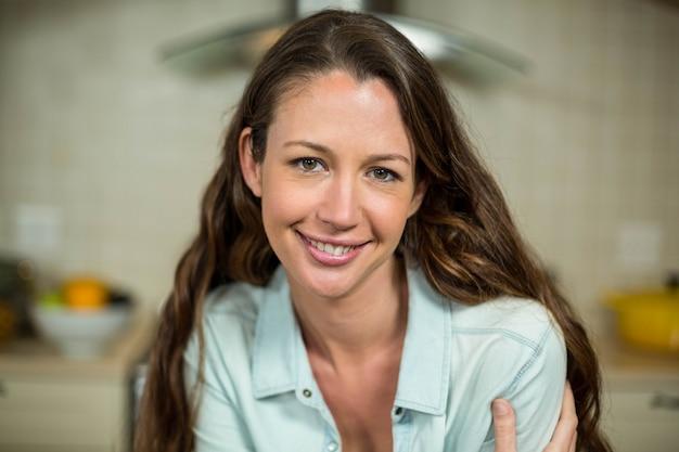 Retrato, de, mulher bonita, sorrindo, em, cozinha