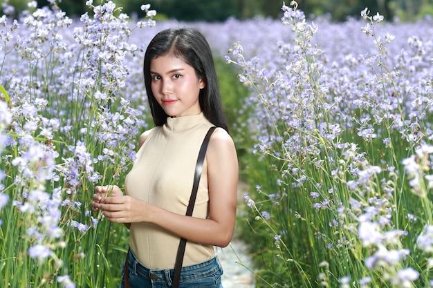 Retrato, de, mulher bonita, tendo, um, tempo feliz, e, desfrutando, entre, flor, naga-crested, campo, em, natureza